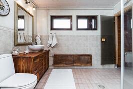 Kodissa on vaalean sävyinen ja tilava kylpyhuone..