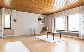 Myös kodin olohuone on valoisa, ikkunoiden ollessa kahteen ilmansuuntaan..