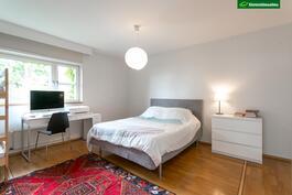 Tilava makuuhuone vehrein näkymin