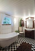 Kellarikerroksessa kylpyamme