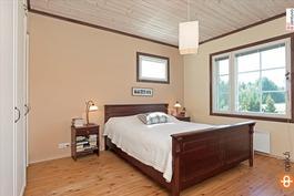 Alakerran kaunis makuuhuone