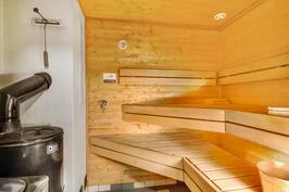Saunassa sähkö- ja puukiuas