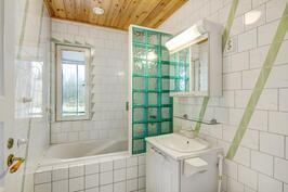 Yläkerran toinen kylpyhuone