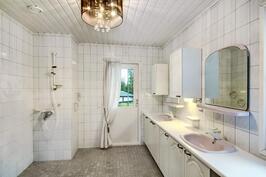 Kylpyhuone päämakuuhuoneen yhteydessä