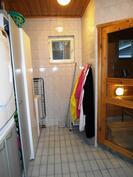 Kodinhoitohuone pesutilojen yhteydessä