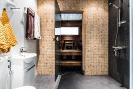 Upea remontoitu kylpyhuone