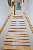 Upeat ja selkeälinjaiset portaat.