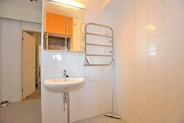 Tilava vaalea kylpyhuone remontoitu linjasaneerauksen yhteydessä