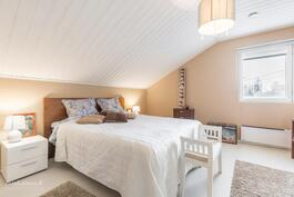 Yläkerran komea makuuhuone 1