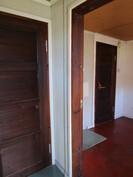 vas. varasto, oikealla saunakamari