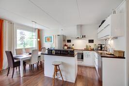Uusitussa keittiössä on tilaa kokkailla, saarekkeessa lisätyötilaa.