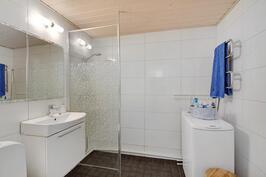 Kaunis vaalea, remontoitu kylpyhuone.