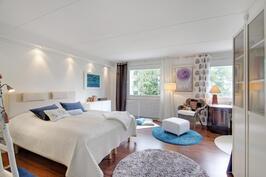 Avara, viihtyisä makuuhuone, yhdistetty kahdesta makuuhuoneesta.