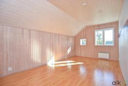 Yläkerran makuuhuoneet ovat hyvän kokoisia ja kaikissa on kaappitilaa.