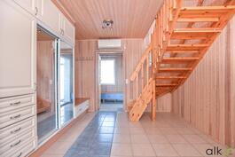 Aulasta johtaa kaunis portaikko yläkertaan.