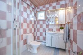 Yläkerran persoonallisessa wc:ssä on myös suihkutila.