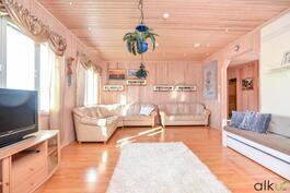 Alakerrassa sijaitseva olohuone on todella tilava ja valoisa.