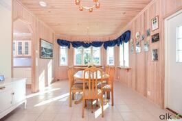 Valoisa ruokailuhuone sijaitsee keittiön ja olohuoneen välissä.