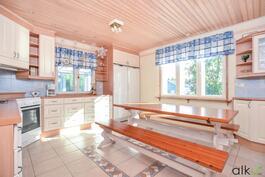 Kauniissa ja tilavassa keittiössä on ilo laittaa ruokaa.