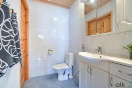 Päämakuuhuoneen yhteydessä oleva wc on tilava ja raikas.
