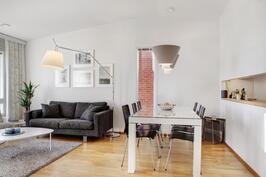 Iso valoisa olohuone ja keittiö