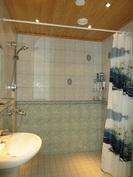 Kuvassa talon alakerran kylpyhuone, jonka seinärakenteissa on kiveä!