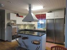 Lisäkuvaa v.-12 remontoidusta keittiöstä.Runsaasti kylmäsäilytystilaa!