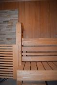 Ikkunallinen sauna. Lämmöstä vastaa sähkökiuas