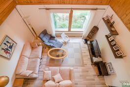 Olohuone kuvattuna yläkerrasta.