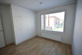 Makuuhuone 1, iso ikkuna tuo valoa. Kaappitilaa.