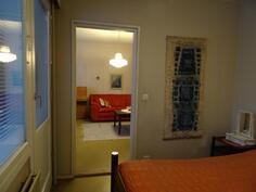 Toisesta makuuhuoneesta ovi parvekkeelle