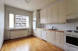 Tilava erillinen keittiö, josta ikkuna sisäänkäynnin puolelle Markkinakadunpäähän pohjoiseen päin