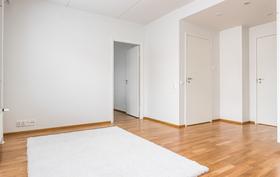 Kodin toinen makuuhuone sijaitsee eteistilan oikealla puolen.