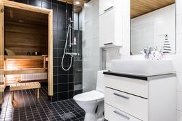 Kodin tyylikäs kylpyhuone.