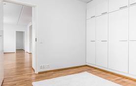 Näkymä makuuhuoneesta keittiön ja olohuoneen suuntaan.