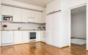 Täyskorkea jääkaappi sekä pakastin tuovat lisämukavuutta keittiöön.