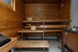 Reilun kokoisessa saunassa puu- ja sähkökiuas