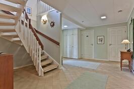 eteisaula, portaikko yläkertaan