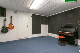 Kellariss on akustoitu vanha autotalli, joka tarjoaa hyvät harrastetilat vaikkapa musisointiin tai harrasteajoneuvojen rappaukseen
