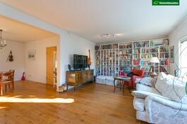Tilavan olohuoneen ja ruokailutilan lattiat ovat lehtikuusilankkua