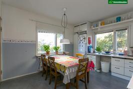 Talossa on tilava keittiö, johon mahtuu suurempikin arkiruokapöytä