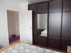 Makuuhuone, vaatekapisto liukuovilla ja peileillä