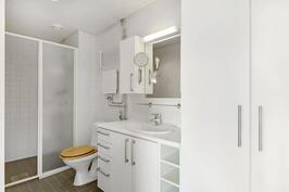 Merenpuoleisessa makuuhuoneessa oma kylpyhuone