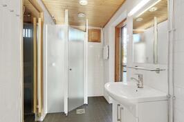 Saunaosaston kylpyhuonesta käynti pienelle vilvoitteluparvekkeelle