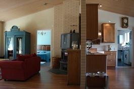 Eteisestä olohuonetta ja keittiötä