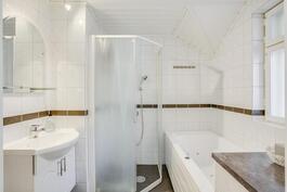 Yläkerran kylpyhuoneessa poreamme ja suihku
