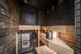 Sauna jossa puulämmitteinen kiuas