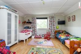 Yläkerran 2 makuuhuonetta