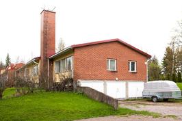 Päätyhuoneisto, jossa kivan kokoinen oma piha-alue.