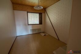 3.Makuuhuone, tiiliseinä kylpyhuonetta vasten